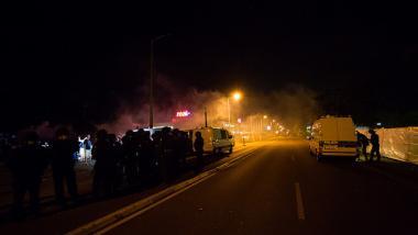 Auch nachts kann die Polizei nur mit einem Großaufgebot die Lage beruhigen. Bildquelle: linksunten.indymedia.org