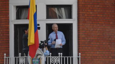 Julian Assange auf dem Balkon der ecuadorianischen Botschaft in London. Quelle: CC BY-SA 2.0 Sasha Krotov