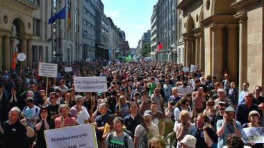 2000 bis 3000 Menschen demonstrierten am Samstag in Berlin ihre Solidarität mit netzpolitik.org. Quelle: Twitter/@timluedde