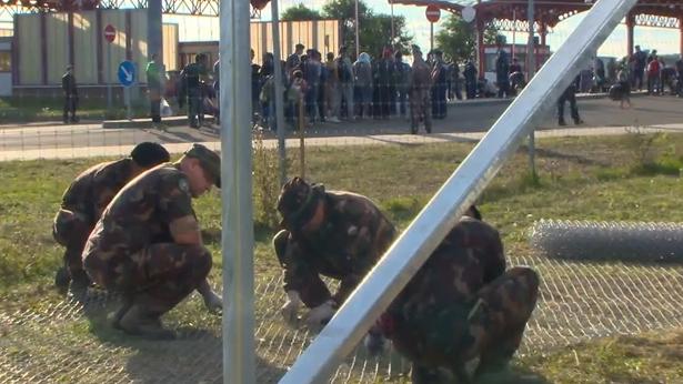 Kroatien: Flüchtlinge überqueren Grenze während Ungarn weiter Grenzzaun baut