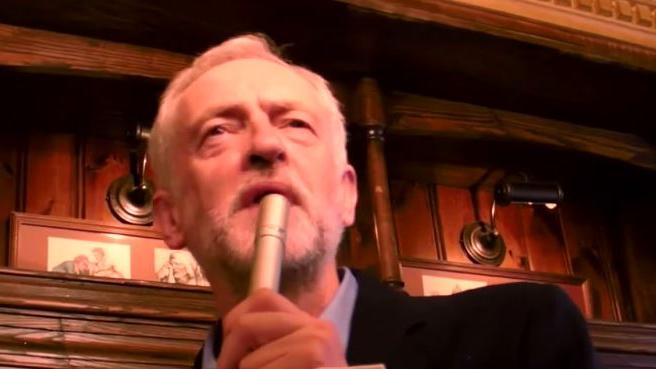 Erdrutschsieg für Labour-Rebell Corbyn – Britische Elite zittert und SPD zeigt sich verwirrt