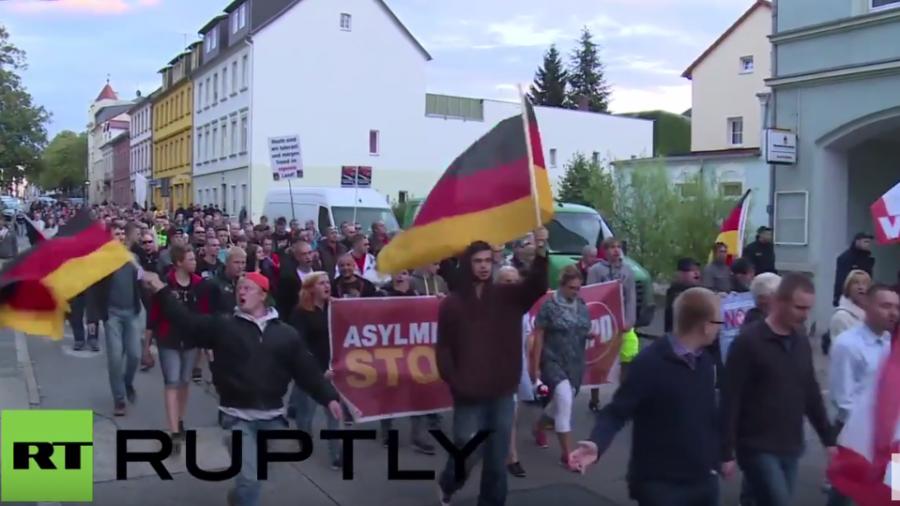 Riesa: NPD marschiert gegen Merkels Flüchtlingspolitik