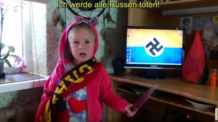"""Ukrainisches Kleinkind mit Küchenmesser im Hassvideo: """"Asow wird helfen und ich werde alle Russen töten"""""""