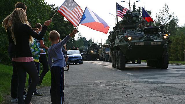 """""""Bereit, wenn wir gebraucht werden"""" - 100 US-Kampffahrzeuge auf Werbetour von Deutschland nach Ungarn"""
