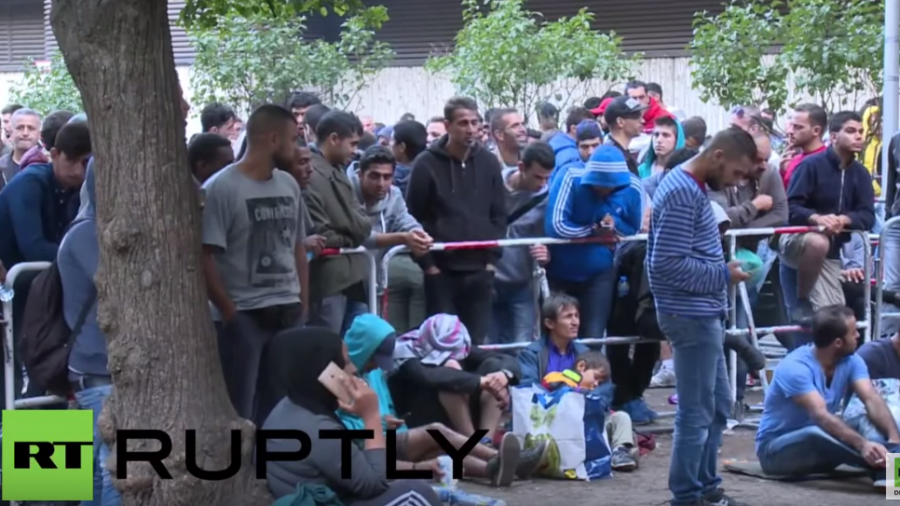Berlin: Hunderte neu angekommene Migranten warten auf Registrierung