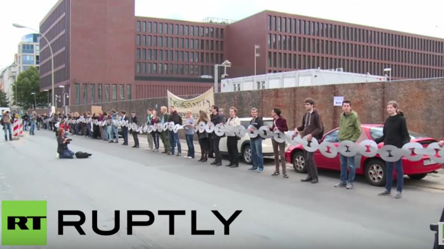 Berlin: Demonstranten legen BND aus Wut über Massenüberwachung symbolisch an die Kette