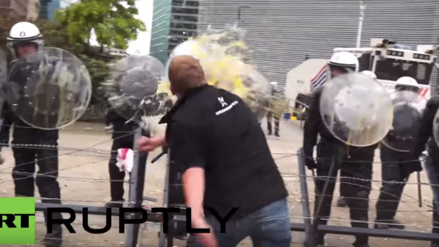 Landwirte protestieren vor EU-Zentrale in Brüssel und haben Spaß beim Eierwerfen auf Polizisten