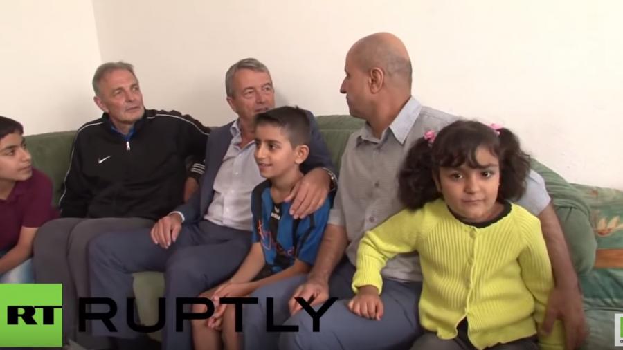 Integration durch Sport - DFB-Fußballpräsident Niersbach besucht Flüchtlings-Familie