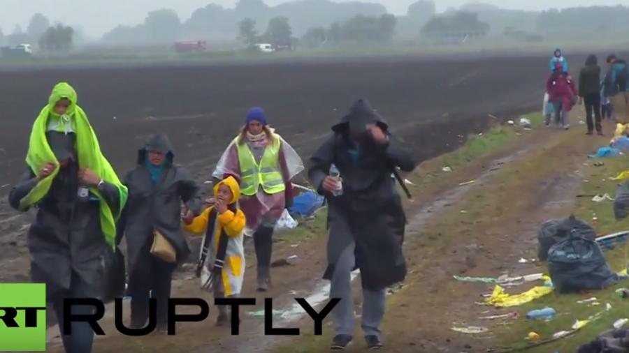 Trotz Regen und Kälte kommen Tausende zu Fuß über Grenze nach Ungarn