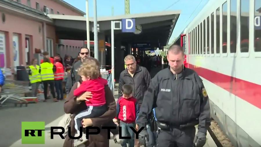 Live: Mehr Flüchtlinge erreichen die deutsch-österreichische Grenze