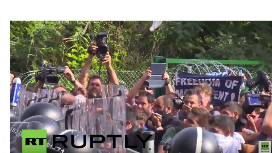 Serbien: Der Moment als die Polizei Tränengas und Wasserwerfer einsetzt