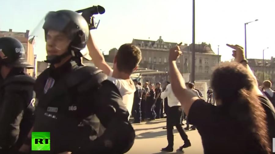 Flüchtlinge gegen Hooligans: Zusammenstöße am Bahnhof in Budapest