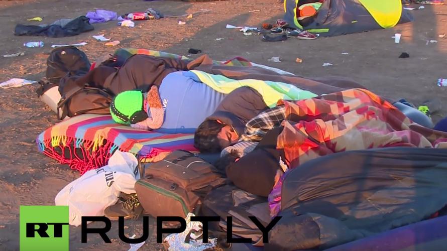 Röszke: Flüchtlinge frieren über Nacht bei zunehmender Kälte unter freiem Himmel