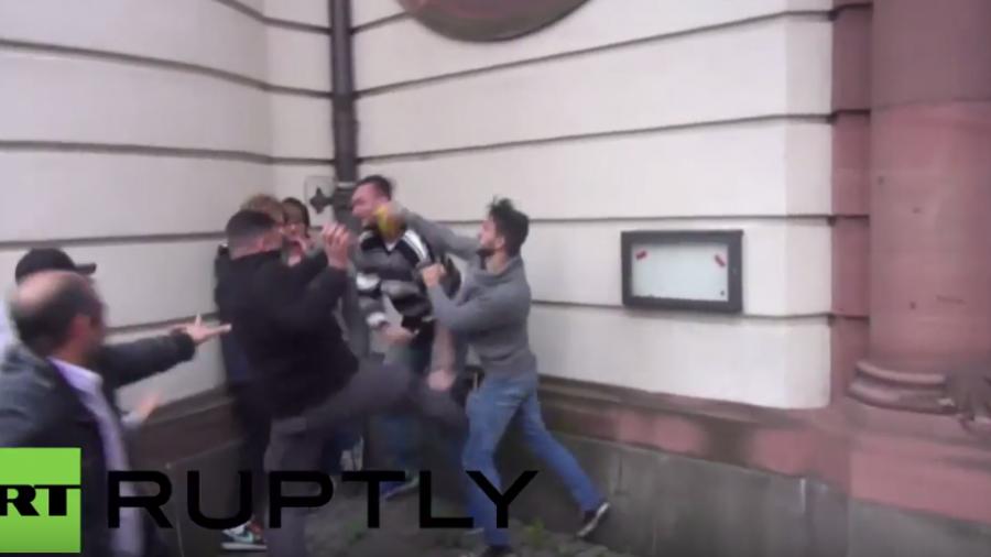 Frankfurt: Kurden und Türken prallen zusammen - Schlägereien, Verhaftungen und viel Pfefferspray