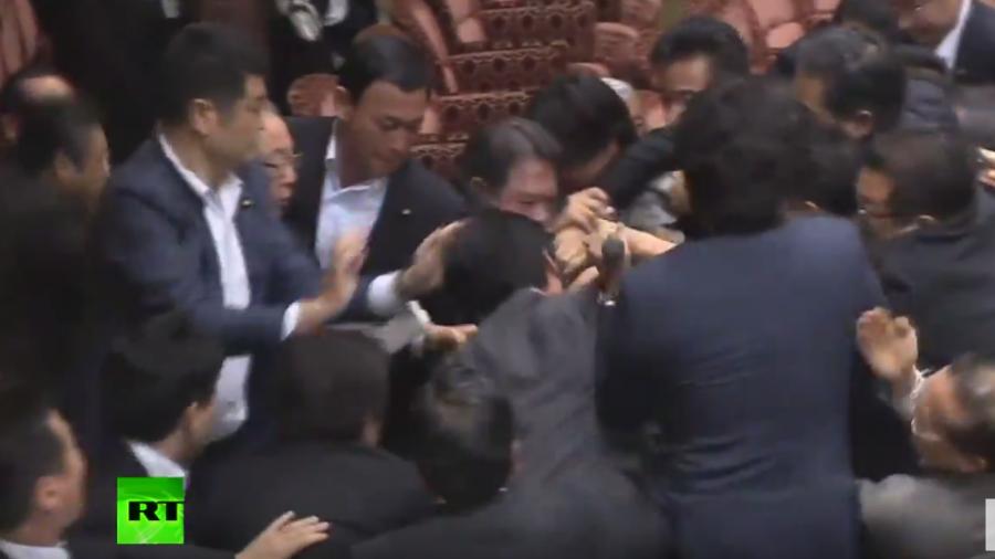 Japan: Ende des Pazifismus? Debatte führt zu Rangeleien und Zusammenstößen im Parlament
