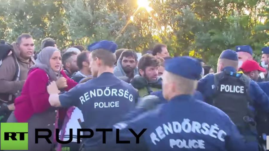 Röszke: Zusammenstöße als Flüchtlinge Polizeikette durchbrechen