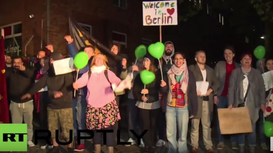 Berlin, Frankfurt, München: Hunderte empfangen lautstark neuankommende Flüchtlinge