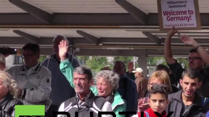 München: Unterstützer empfangen Flüchtlinge mit Jubel und Applaus in Deutschland