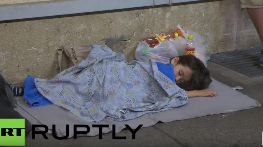 Wien: Flüchtlinge übernachten auf Bahnsteigen und warten auf eine Reisemöglichkeit nach Deutschland