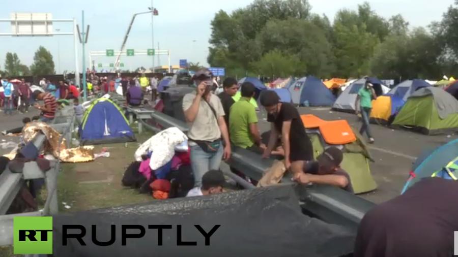 Live: Tumulte an serbisch-ungarischer Grenze - Polizei setzt Wasserwerfer und Tränengas ein