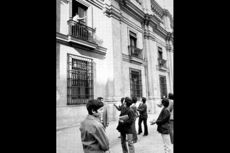 Am frühen Morgen des 11. September 1973: Allende auf dem Balkon des Präsidentenpalastes La Moneda - Quelle: Horacio Villalobos