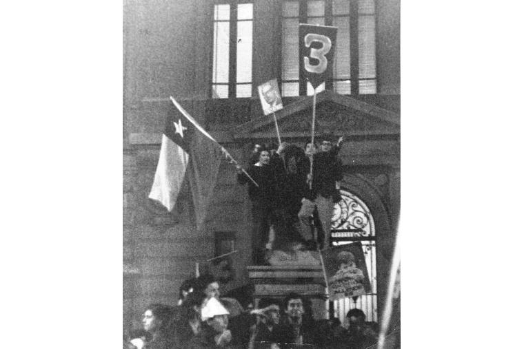Studenten feiern den Wahlsieg von Allende und der Unidad Popular 1970 vor der Katholischen Universität in Santiago