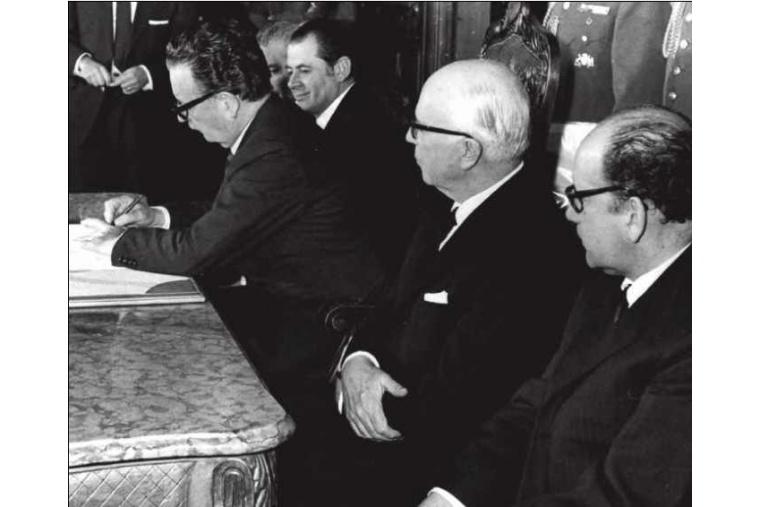Allende unterschreibt, ganz zum Missfallen der USA, im Juli 1971 das Gesetz zur Nationalisierung des Kupfers