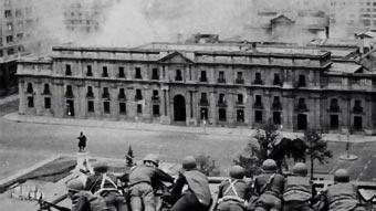 Die Putschisten haben in den umliegenden Gebäuden der Moneda, des Amtssitzes von Allende Stellung bezogen.