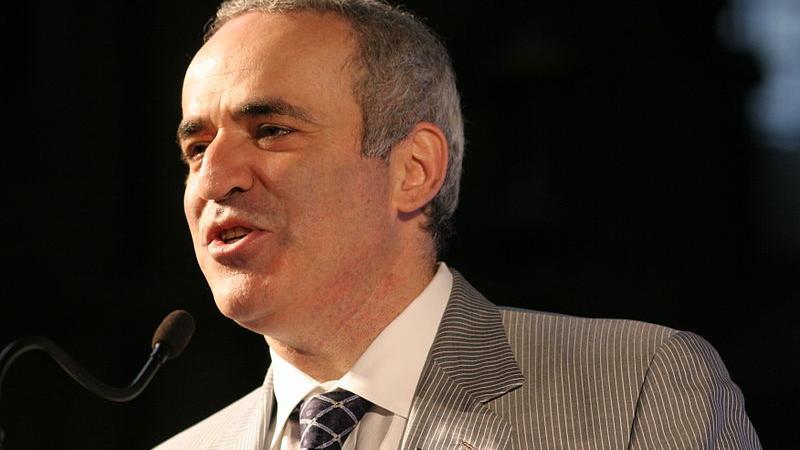 """""""Wie kann man Putin stoppen?"""" - Schwarz gegen Weiß mit Herrn Kasparov"""