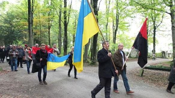 Verherrlichung von faschistischen ukrainischen Kriegsverbrechern mitten in München - Quelle: twitter.com/MelnykAndrij