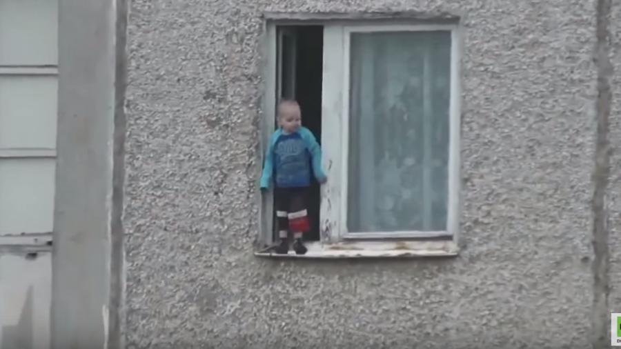 Ohne Schutzengel kaum zu erklären: Kleinkind turnt minutenlang auf Fensterbrett im achten Stock