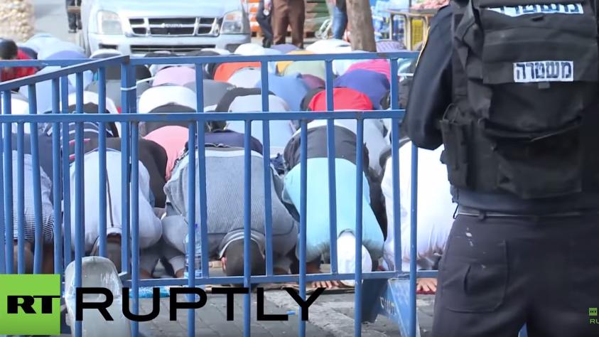 Israel sperrt al-Aqsa-Moschee – Muslime verrichten Freitagsgebet auf der Straße