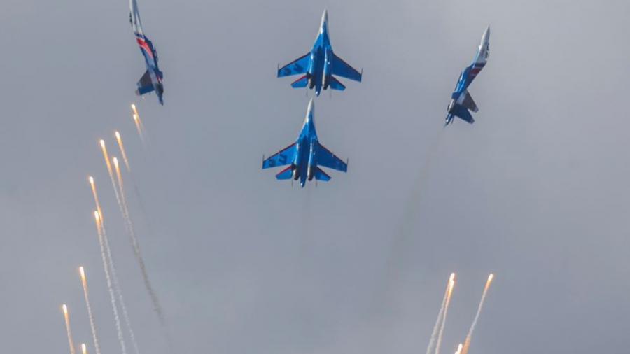 Russische Luftwaffe bombardiert sechs Stellungen in Syrien - Zerstörung von Bomben-Fabrik und Kommandozentrale