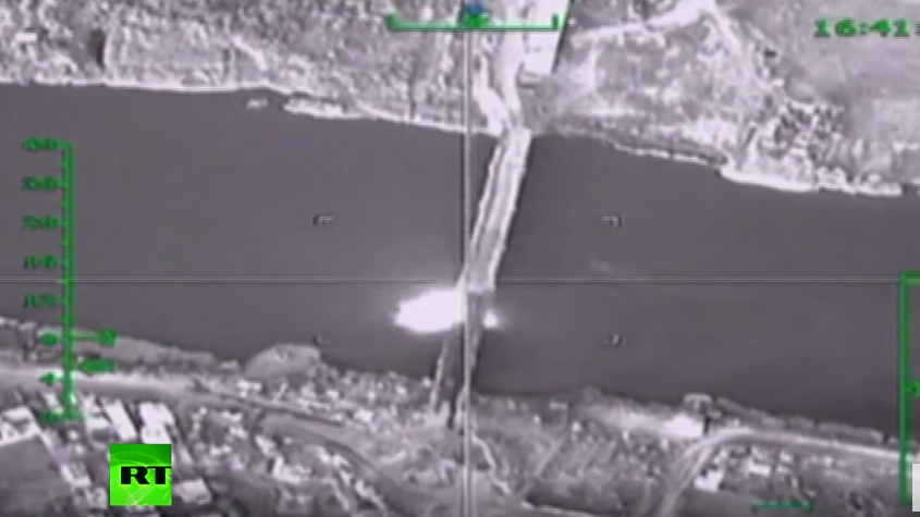 Russlands Luftstreitkräfte zerstören Versorgungslinie des IS in Syrien aus dem Irak