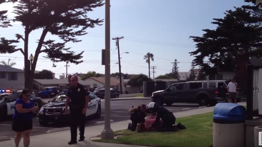 USA: Mutter in Anwesenheit ihrer Kinder brutal unter Einsatz von Faustschlägen verhaftet