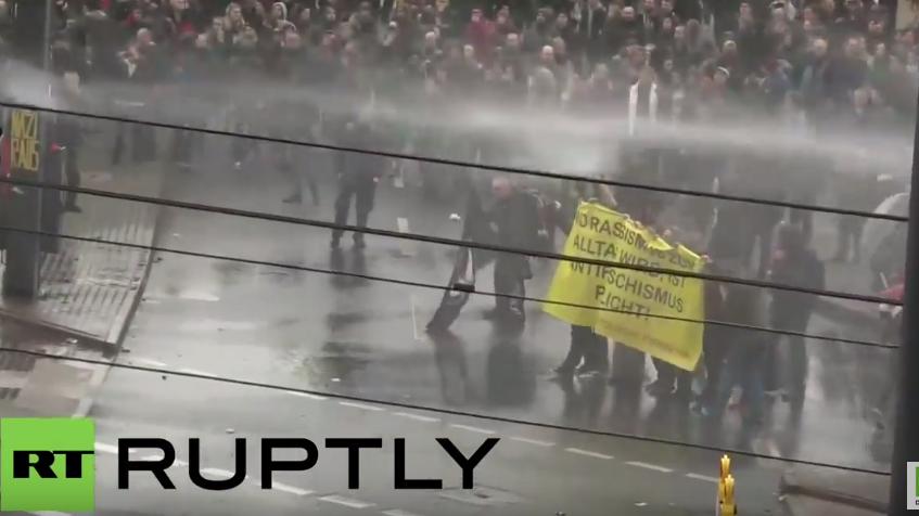 Zusammenschnitt der Zusammenstöße zwischen Polizei und Anti-HoGeSa-Demonstranten in Köln