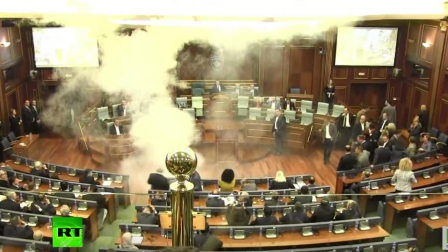 Kosovo: Wegen Einigung mit Serbien – Nationalisten nebeln Gegner im Parlament mit Tränengas ein