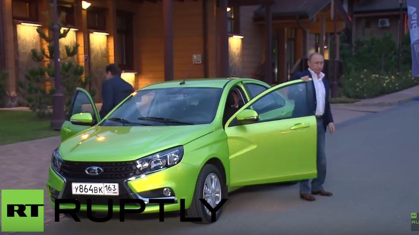 Am Rande des Waldai-Forums gönnt sich Putin eine Spritztour im neuen Lada und fährt zu schnell
