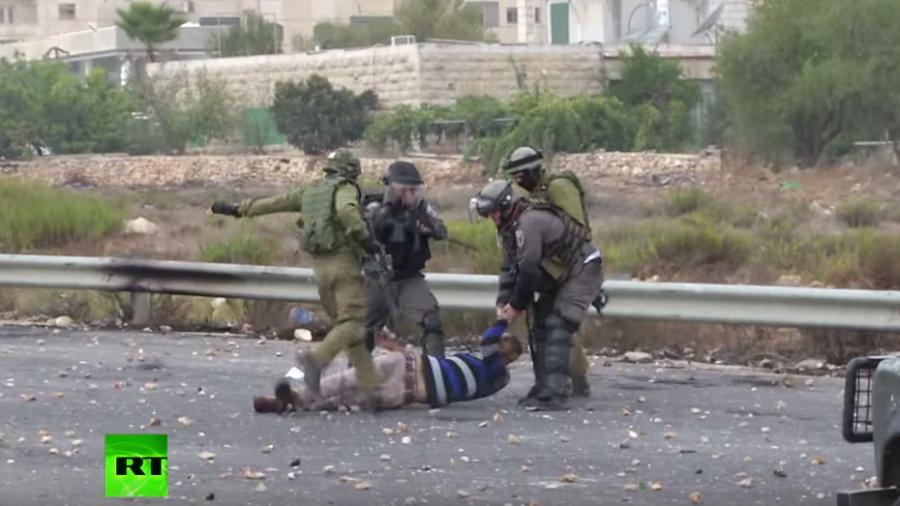 Schockierend brutal: IDF-Soldaten treten auf palästinensische Steinewerfer ein