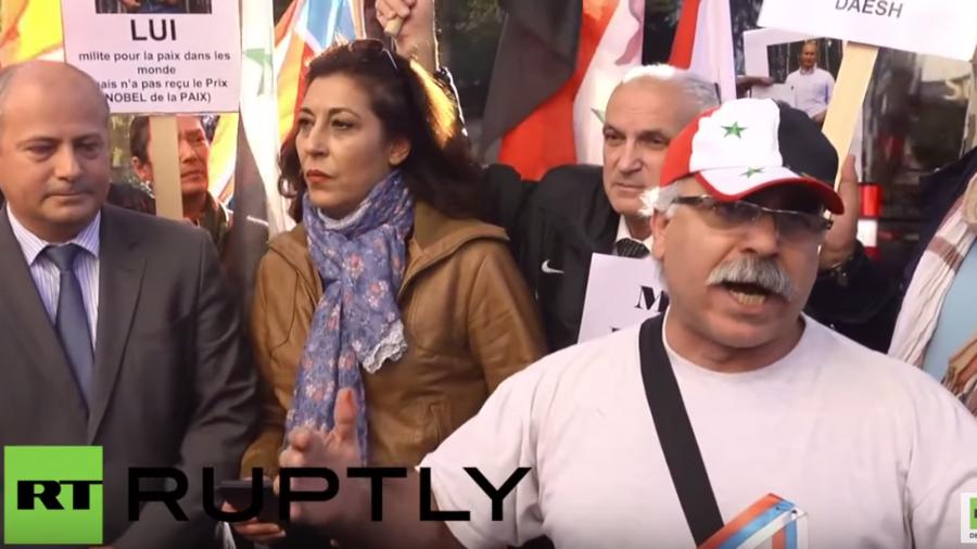"""Frankreich: """"Danke Putin!"""" – Syrer veranstalten Solidaritätsprotest vor russischer Botschaft"""