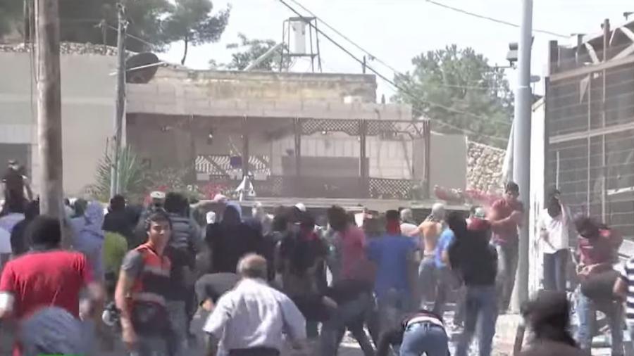 Mit scharfer Munition gegen Steinewerfer -  In 24 Stunden drei Palästinenser getötet, 450 verletzt