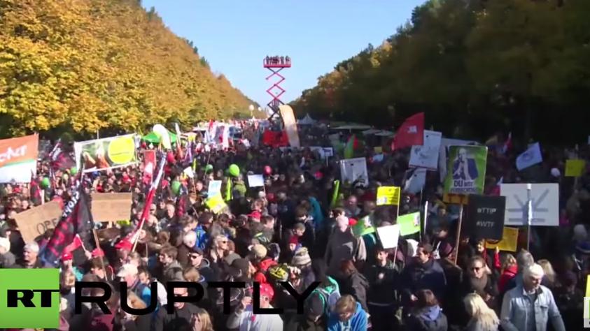 Berlin toppt den EU-Rekord: Bis zu 250.000 Menschen demonstrieren gegen TTIP