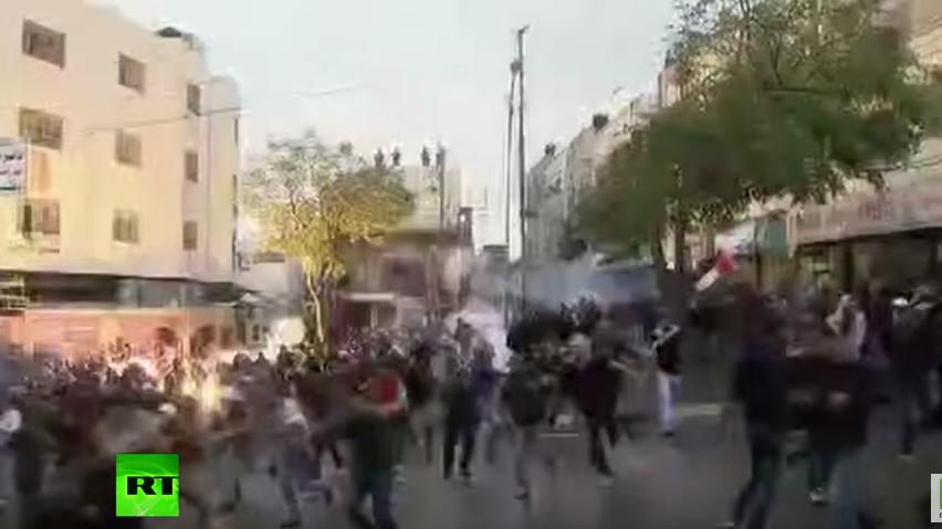 Westbank: IDF-Soldaten schießen unzählige Tränengas-Geschosse in die Menge