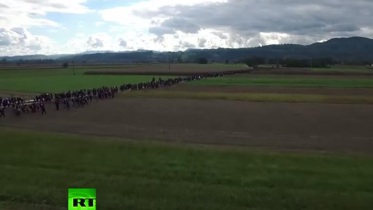 Drohnenaufnahme zeigt Flüchtlingswanderung über slowenische Feldwege
