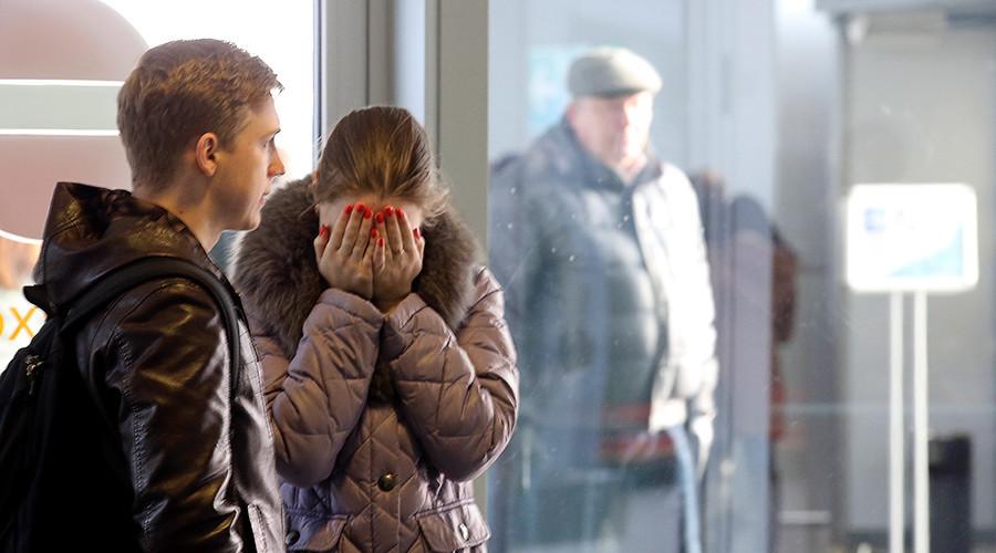 Trauernde Angehörige am Flughafen St. Petersburg. Foto: Reuters