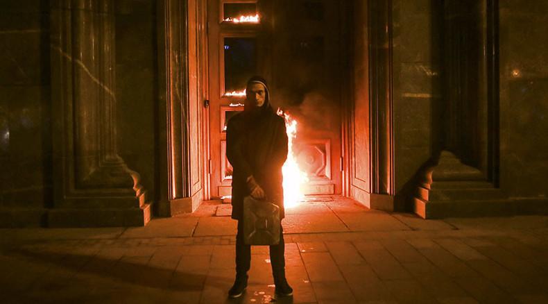 """""""Gegen Staatsterror"""" - Konzeptkünstler Pawlenski setzt Eingang des FSB-Hauptgebäudes in Flammen"""
