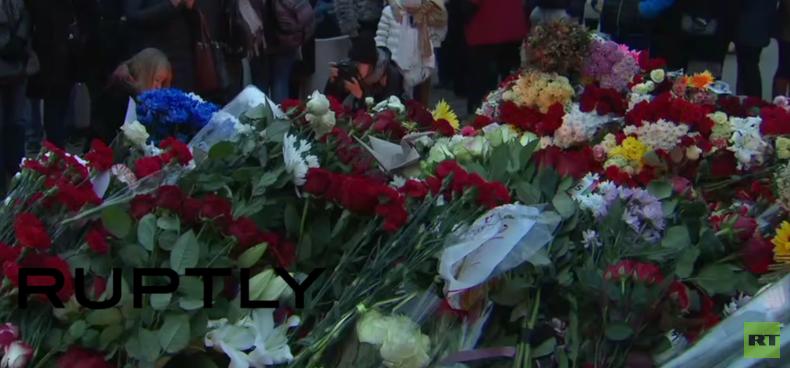 Hunderte Trauernde legen Blumen für Opfer der Attentate in Paris in Moskau nieder