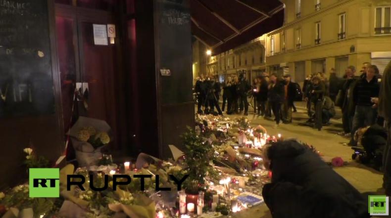 Live vom Café Le Carillon in Paris: Trauernde legen Blumen nieder