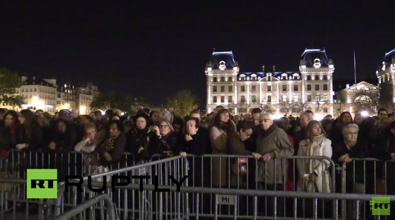 Live: Große Trauerversammlung vor der Kathedrale Notre-Dame in Paris
