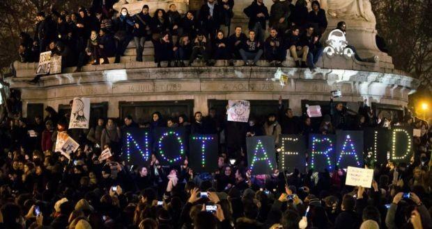 """""""Nicht verängstigt"""" - Mahnwache in Paris nach dem Angriff auf Charlie Hebdo im Januar."""